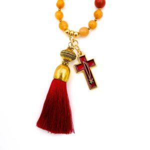 Sautoir en pierres naturelles rouges avec croix en émaux