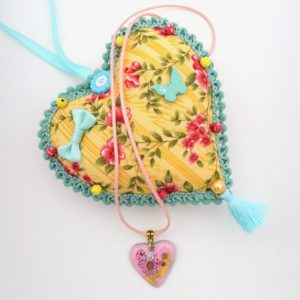 Collier pendentif en émail coeur rose et doré