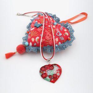 Collier pendentif en émail coeur rouge et vert